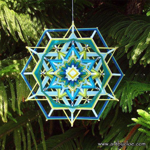 ojo de dios a mandala woven from yarn. by MandalaArtByCloe on Etsy no me gusta mucho eso de ojo de dios pero el trabajo es extraordinario, le ponemos el nombre que queramos después ;)