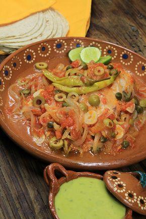 Te presentamos una receta muy tradicional del estado de Veracruz, en México. El pescado a la veracruzana es un platillo típico de la cocina mexicana, con un sabor delicioso, producto de su salsa de jitomate, cebolla, alcaparras, aceitunas y chiles gueros. Esta receta de pescado al horno es fácil de cocinar y con un sabor que te transportará al bello puerto de Veracruz. Mexico.