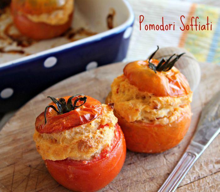 Pomodori soffiati ricetta facile e gustosa. Sono dei pomodori ripieni di ricotta.Il composto, anche dopo la cottura, rimane morbido e spugnoso.Imperdibili!