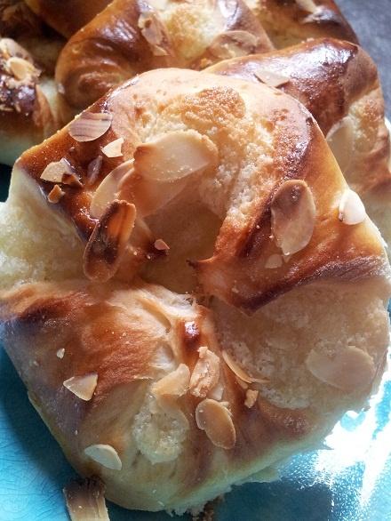 Baka bullar, mandelbullar, smörbullar med mandelmassa | Pralin`s bak och matblogg matmedmera