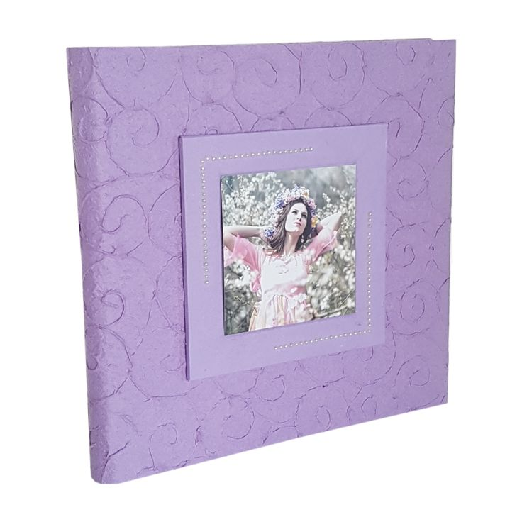 Album porta foto  Formato: 30x30  Interno: blocco con velina. 30 fogli, 60 facciate  Copertina: realizzata artigianalmente in carta di gelso a rilievo, al centro apposito spazio per inserire una foto.