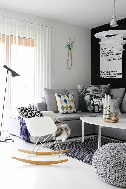 Opção monocromática. Amei a cadeira de balanço moderninha. Dá pra colocar na sala, no quarto... <3