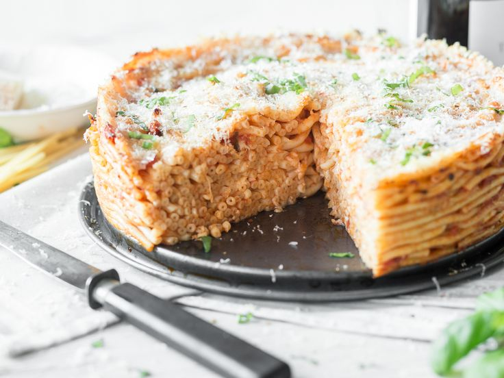 Pasta Pie mit Mozzarella, Basilikum und Parmesan