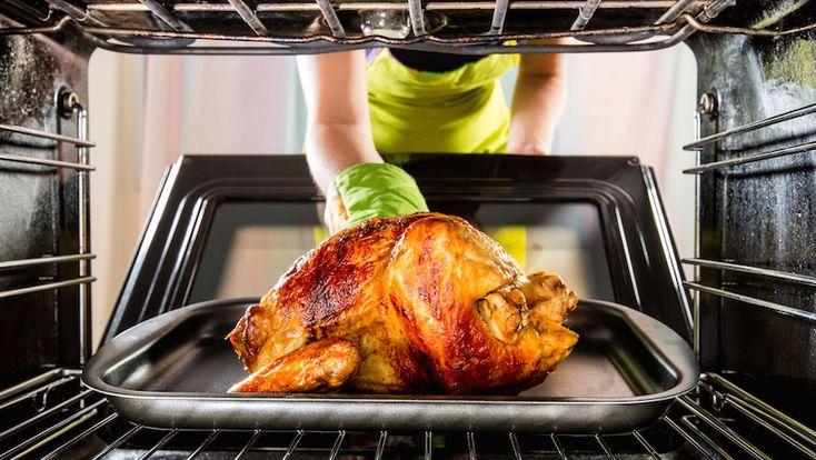 Ingrott fett och matrester kan kännas hopplöst att få bort från ugnsplåten. Men misströsta inte – det går att göra skinande rent. Här är våra smarta knep för att lyckas!