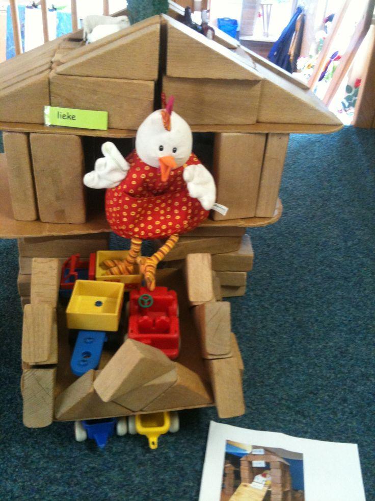 Samen een kippenhok gemaakt voor Dottie in de bouwhoek.