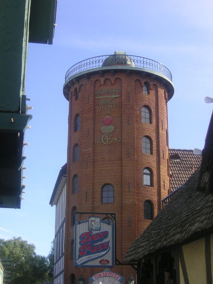 Torre redonda em Solvang. Califórnia, USA, uma réplica da Rundtårnet em Copenhagen na Dinamarca.  Fotografia: Shards Of Blue no Flickr.