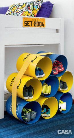 Inspirada na estante Oto 100, criada pelo estúdio de design dinamarquês Muuto com cilindros de fibra de vidro, nossa repórter visual Juliana Hamacek bolou para seus filhos esta sapateira de cores vivas usando recipientes para lixo reciclável (Mult-Rodas). Simples assim: bastou agrupar oito contêineres e amarrá-los com uma faixaelástica, comprada num armarinho (o nó ficou escondido embaixo). A invenção pode, ainda, funcionar como porta-brinquedos. No beliche, a roupa de cama é da Tok & Stok.