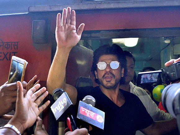 Shah Rukh Khan, who is on a trip from Mumbai to Delhi in August Kranti Rajdhani Express