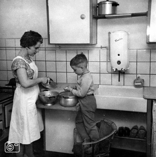 de jaren 60 keuken (cooking 1960 - probably a Dutch kitchen) photo source unknown