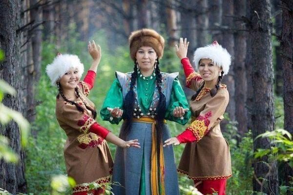 """Şor ağzı, diğer Sibirya Türk ağızlarında olduğu gibi, zengin bir sözlük servetine sahiptir. Bilhassa """"avcılığa"""" ve umumiyette """"Av kültü""""ne ait olanları dikkatimizi çekmektedir. Bütün Altay Türk boyları şivelerinde ve ağızlarında görülen zengince """"Mogoi-ca"""" unsurlar burada da vardır."""
