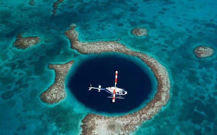 Большая голубая дыра - одно из геологических чудес вблизи полуострова Юкатан (территория государства Белиз в Центральной Америке), представляющее собой круглую воронку диаметром 305 м и 120 м в глубину.