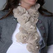 Красивый цветочный шарф из войлока