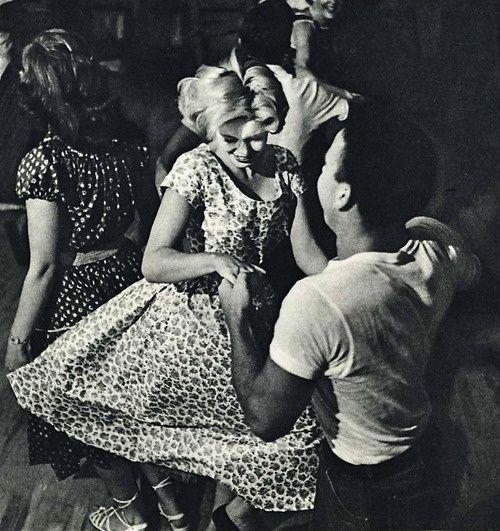 A la gente del pueblo de Anna les encanta bailar