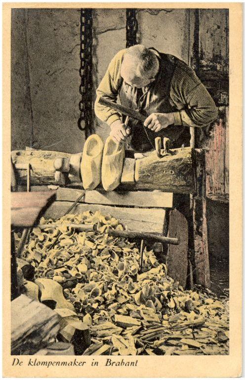 Het uitkappen van een paar klompen door de klompenmaker