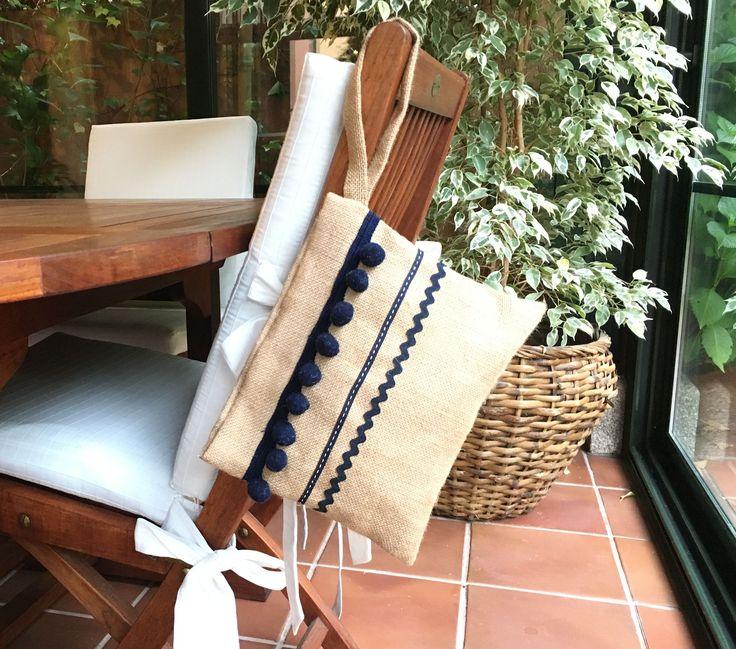 Práctico bolso de mano realizado con tela de arpillera
