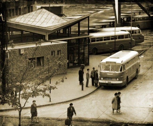 1966 előtt gyártott Ikarus 66 indul az állomás mellől. A szóló kocsik beállóit fűrészfogasan alakították ki, ez látszik a háttérben
