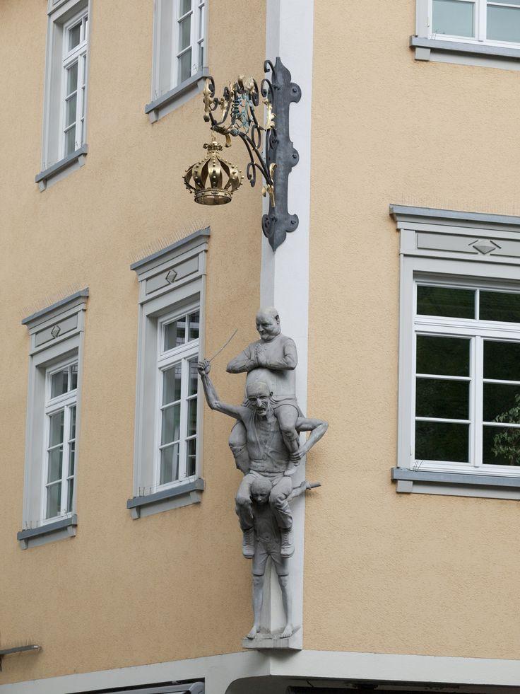 Peter Lenk Skulptur Kindersklavenmarkt in der Bachstraße • Es war eine traurige Zeit, als die Schwabenkinder aus Tirol und Vorarlberg vor dem Gasthaus zur Krone (  Juwelier Bartels  ) zur Schau und zum Verkauf angeboten wurden an die Bauern.