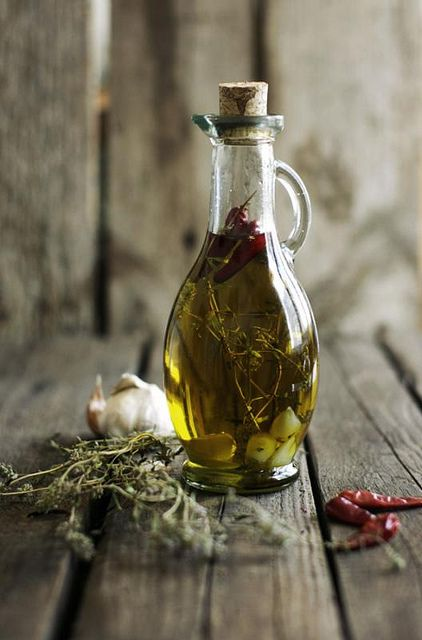 italian olive oil DIY with garlic, thyme and pepper or chili pepper - huile d'olive italienne avec de l'ail, du thym et du piment (doux ou fort ?)