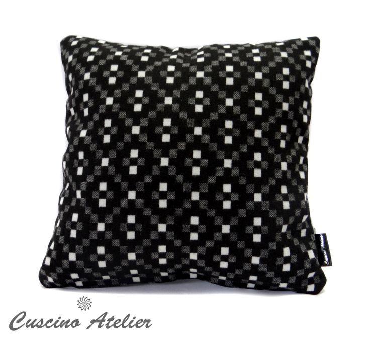 poduszka dekoracyjna  poduszka ozdobna Cuscino Atelier poduszka z wkładem poszewka flausz czarny