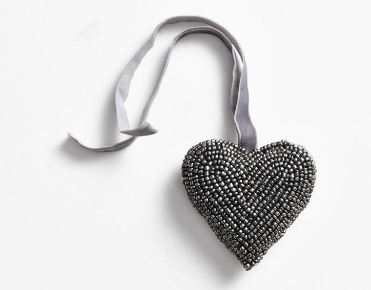 Christmas decorations! Beautiful hand beaded heart in silver-grey, with a velvet ribbon. (small beat heart, 8 cm) Buy at www.thetravellingband.dk