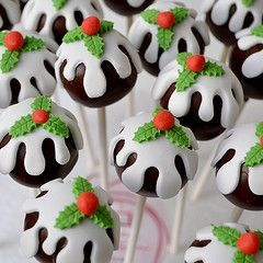 Christmas Cake pops - very pretty with realistic looking holly leaves