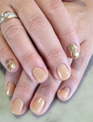 Busy Philips chose to have accent nails on the same hand at the SAG Awards