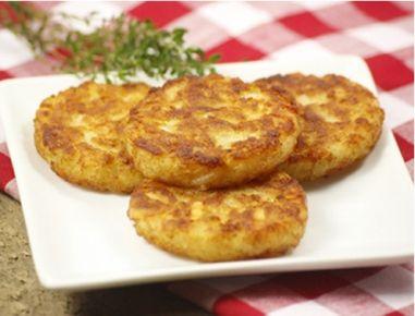 Für die Kartoffellaibchen alle Zutaten rasch zu einem Teig verarbeiten und daraus Laibchen formen. Mit etwas zerlassener Butter bestreichen und im