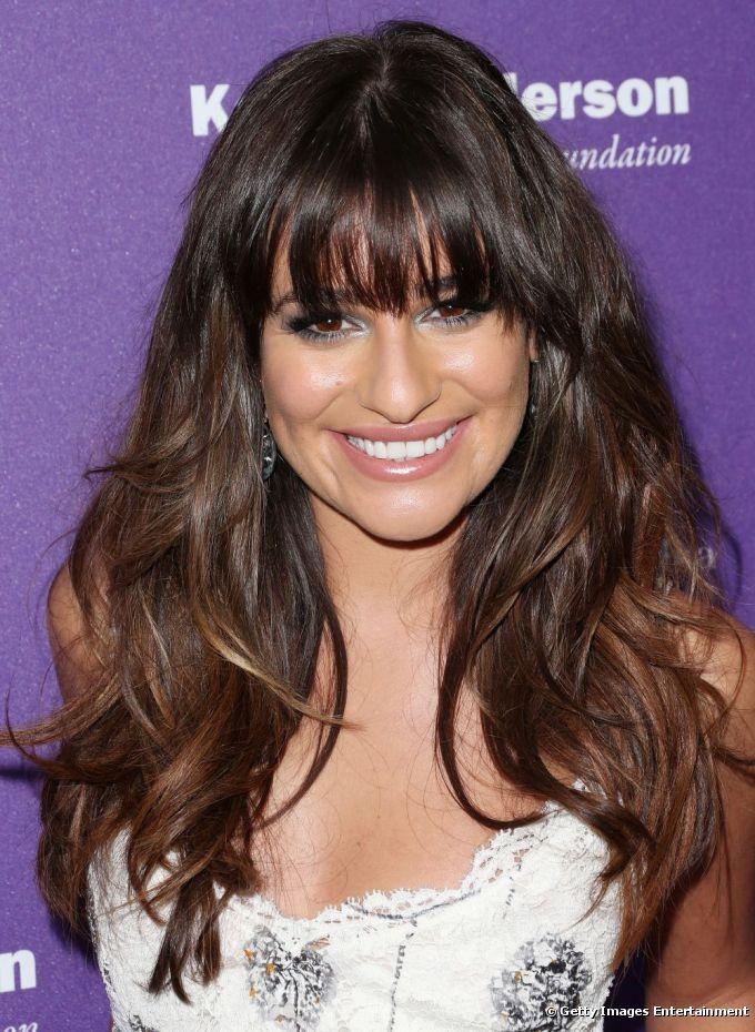 Lea Michele tem os cabelos longos, lisos e pesados