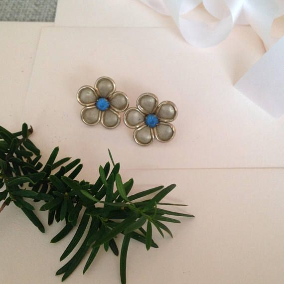 A great pair of vintage earrings, perfect for a wedding!  ♥ In great vintage condition   ♥ SHIPPING: * COMBINED Shipping at no extra charge! * FREE SHIPPING on orders over $100 CAD (about $77USD) USE CODE FREESHIP100 at checkout! * WORLDWIDE shipping!! **Please Note that if you