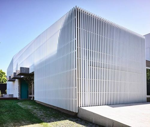 Our #ProjectOfTheDay is Moving House by Architects EAT/ The external white aluminum screen forms a singular mass in the outline of a suburban gable roof/ As one passes the facade towards the entry it deconstructs to reveal the concrete bodies for a surprising journey/ Find more projects and upload your own on Architizer.com - Architecture and Home Decor - Bedroom - Bathroom - Kitchen And Living Room Interior Design Decorating Ideas - #architecture #design #interiordesign #homedesign…