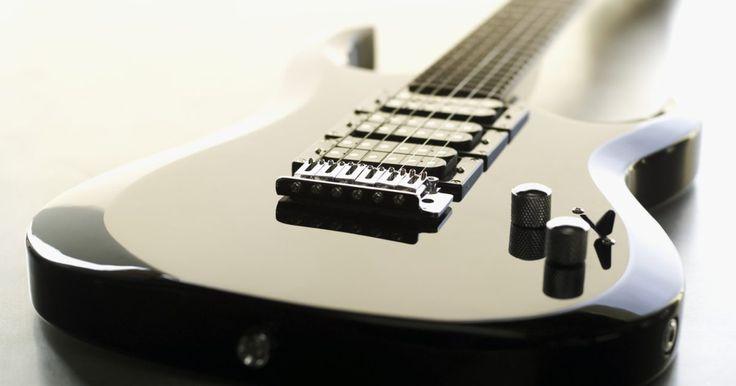 Como afinar uma guitarra em Dó sustenido. A afinação em Dó sustenido (cifrado como C#) é uma afinação incomum, e é um tom e meio mais grave que a afinação padrão. Afrouxando cada corda a quantidade de semitons necessária, quando as cordas forem tocadas soltas, soará um acorde de Dó sustenido.
