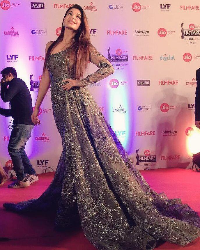 Jacqueline Fernandez arrives on the red carpet of Jio Filmfare Awards 2017