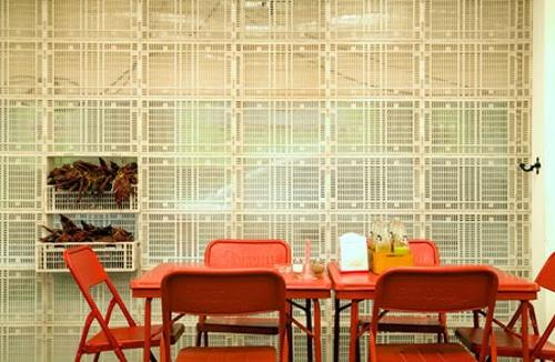 """""""La Bipolar"""", più conosciuta come """"La B"""" o """"La Bipo"""" è un piccolo bar ristorante nel quartiere coloniale di Coyoacán, con uno stile un po' retro ma molto curato e originale, a cavallo tra kitsch, il funky e lo stile country, con sgabelli alti al bancone, tavoli e sedie tipo lounge bar, il tutto progettato dal designer Hector Esrawe."""