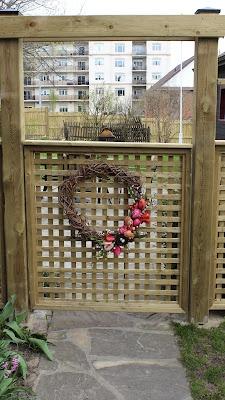 Super simple garden gate with lattice it 39 d work great for Simple garden gate designs