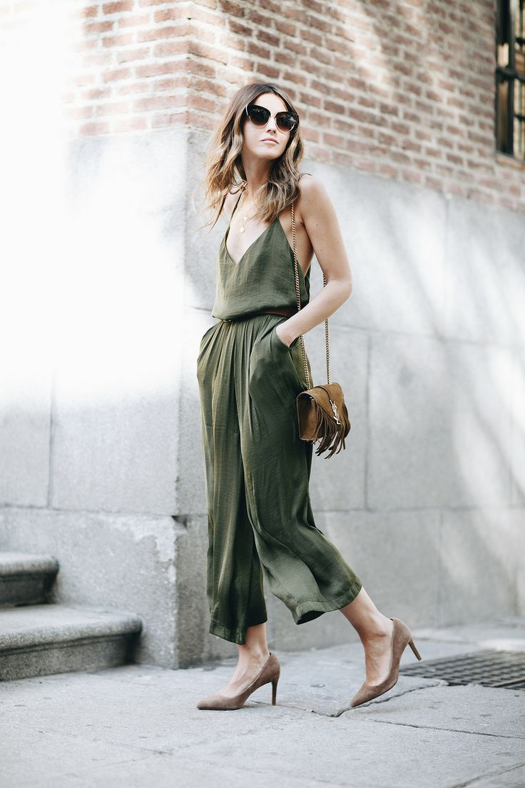 LATE SUMMER FEELING - Lovely Pepa by Alexandra. Khaki jumpsuit+pale brown suede pumps+ camel fringed chain shoulder bag+sunglasses. Late Summer Outfit 2016