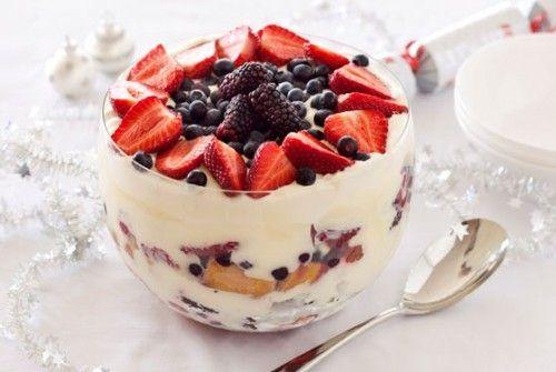 Трайфл – простой десерт. Понадобится: на бисквит – 115г сахара, 85г муки, 3 яйца, 1 ст.л. горячей воды, 1 ч.л. разрыхлителя, для сборки десерта – 450-500г ягод или фруктов свежих или консервированных, 500-600мл готового заварного крема, 500мл желе по вкусу (малинового, апельсинового или др.), 250мл сливок 35%, 75-80мл хереса