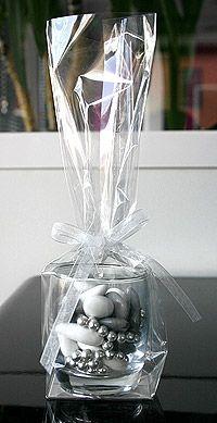 Verrine verre luxe dragées - En forme de tonneau, cette verrine en verre translucide permettra d'emballer, avec originalité, vos dragées de la même couleur que le thème de votre mariage. http://www.mariage.fr/lot-de-6-verrines-tonnelet-verre-luxe-avec-dragees.html