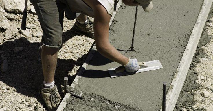 Como fazer um rodapé de concreto. Cavar um rodapé de concreto é trabalhoso, por isso é melhor conseguir dois ou três amigos para ajudar com o projeto. O concreto seca rapidamente e deve ser nivelado dentro de mais ou menos uma hora após ser colocado. No entanto, há uma série de coisas que precisam ser colocadas em prática antes de derramá-lo.