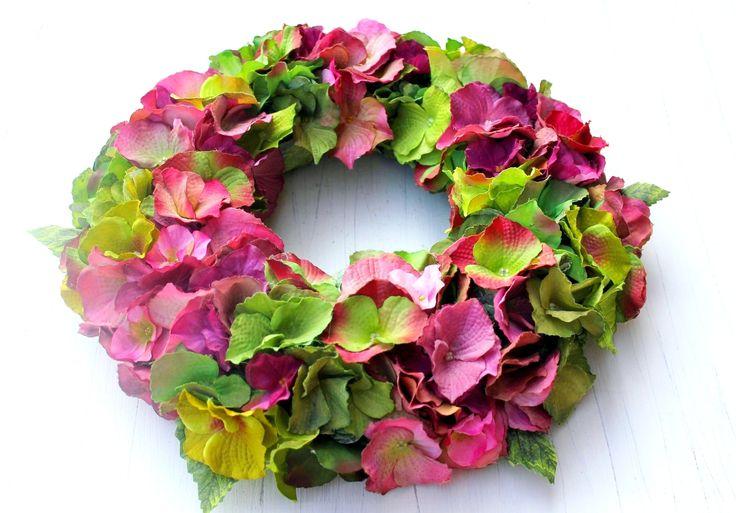 Hortensjowy koniec lata w poważnym bordzie i oliwkowej zieleni.