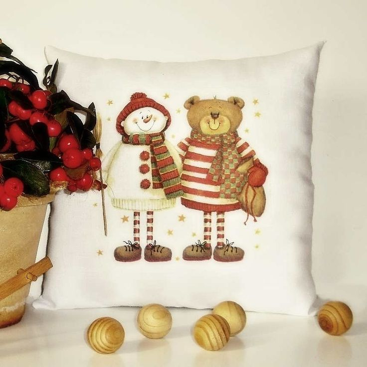 Polštářek+s+výplní+-+vánoční+motiv+Malý+dekorativní+polštářek+s+vánočním+motivem.+Díky+malým+rozměrům+je+ideální+pro+použití+jako+dekorace+na+okenní+parapet,+polici,+na+stůl,+lavici.+Milá+dekorace,+která+přispěje+k+vánoční+atmosféře+a+zútulní+Váš+interiér.+Uvedená+cena+včetně+výplně+z+dutého+vlákna+(100+%+polyesterová+silikonizovaná+vlákna).+Pro...