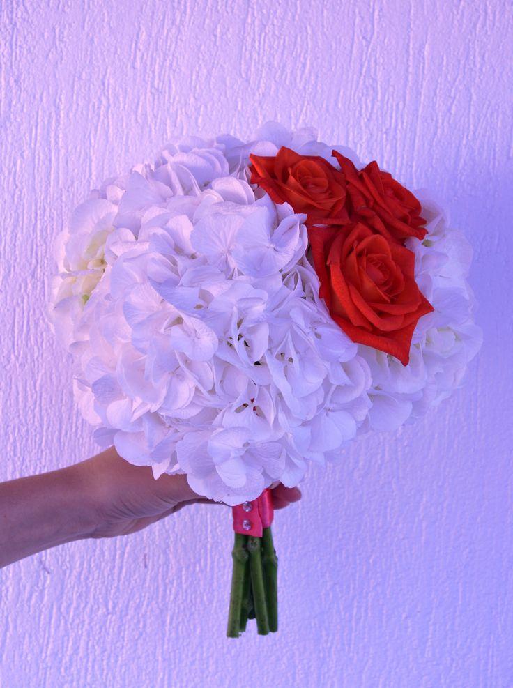 Buchetul miresei realizat cu hortensia alba si trandafiri corai