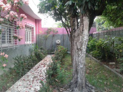 Casa à venda no bairro da Várzea - Recife - PE - erraço, 3 quartos sociais (sendo 1 suíte), sala para dois ambientes, cozinha, 1 wc social, área de serviço, dependência completa de empregada na área externa, garagem para 4 carros, jardim, quintal. Contato: +55 81 999 33 2684