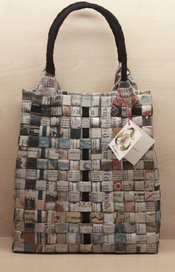 Gevlochten tas met hengsel Kranten, lijm of nietmachine kan, hengsel van oude tas of zelf hengsel magen van touw of wol