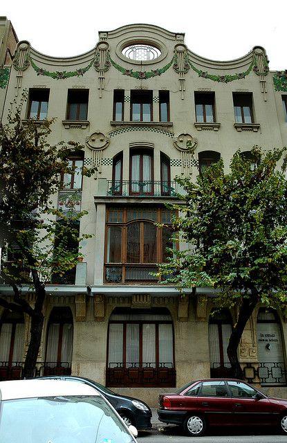 Casa de las Naranjas, de Vte. Ferrer Pérez. Situada en la calle Cirilo Amorós, 29, de Valencia. Destacan las formas vienesas, influencia de Otto Wagner. Considerado el edificio más bello del modernismo valenciano.