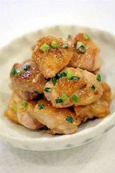 「冷めてもおいしい! 鶏もも肉のマヨポン和え」 鶏もも肉 1枚 万能ねぎ 2~3本 マヨネーズ 大さじ1 ポン酢 大さじ1 塩・こしょう 少々 作り方 1 鶏もも肉は一口大に切って塩・こしょうする。万能ねぎは小口切りにする。マヨネーズと濃縮ポン酢をよくまぜ、マヨポン酢を作っておく。 2 フライパンに油をひかず、皮目を下にして鶏肉を入れてから火をつける。弱火で皮がキツネ色になるまでじっくりと焼く。途中、鶏肉から出てきた油をキッチンペーパーで吸い取る。 3 皮がこんがりと焼けたら裏返し、フタをして2~3分蒸し焼きにする。フタをとって再び油を吸い取ったら、マヨポン酢と万能ねぎを加えてさっと和え、器に盛り付ける。