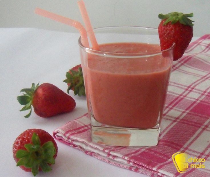 Smoothie alle fragole e yogurt (ricetta light). Ricetta dolce alle fragole veloce light e senza cottura frullato di fragole e yogurt senza zucchero aggiunto