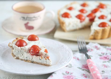 Очень вкусный диетический пирог с творожной начинкой, зеленью и томатами черри. Пирог отлично подойдет как для завтрака, так и для ужина. Очень полезный, необычный и вкусный. Такой вариант несладкого