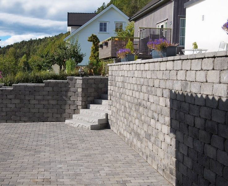 Her er det brukt Rådhus mur med topphelle og beleggningstein. Alt i fargen gråmix.
