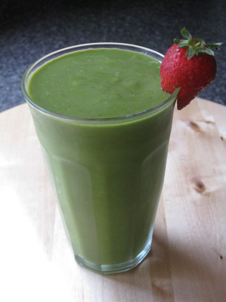 Green Smoothie with Mango, Strawberries, Banana and Coconut Milk - creamy and delicious!