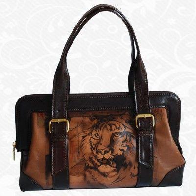 Motív: Tiger  Na výrobkoch sú inšpiráciou diela maliarskych velikánov, ich pozoruhodné detaily a motívy. Sú to spomienky na krásne výtvarné diela, ich pripomenutie. Na každom kuse kože je však dielo originálne namaľované tak, ako to cíti výtvarník. Preto nie sú dva rovnaké obrázky. Každý kus je originál, každý je niečím zvláštny, výnimočný, jedinečný.http://www.vegalm.sk/produkt/rucne-malovana-kabelka-c-9/
